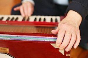 harmonium-hands